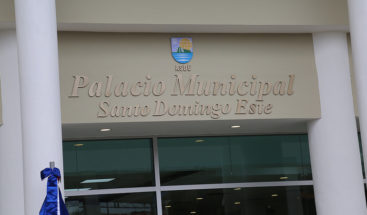 Identifican empleado Alcaldía SDE captado echando basura en alcantarilla