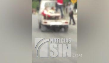 Captado en cámara hombre enfermo trasladado en cama de una camioneta