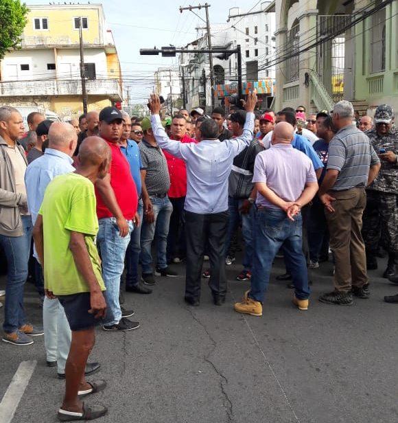 Dirigentes protestan en SFM por cierre de parada de transporte público