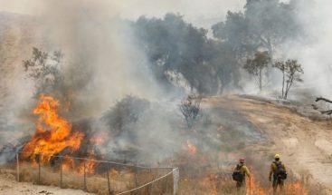 Bomberos están cerca controlar la mitad del incendio Holy en California