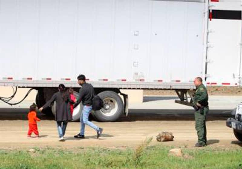 Descubren 62 inmigrantes indocumentados escondidos en un camión en Texas