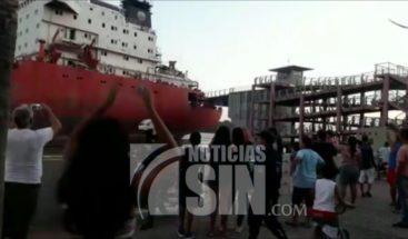Barco choca con puente al llegar al puerto de Ecuador