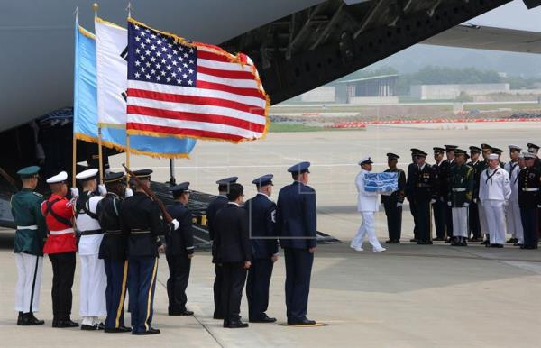 Restos de supuestos soldados muertos en Guerra de Corea llegan a EEUU