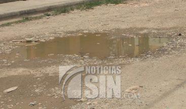 Residentes en Brisas del Este protestan por arreglo de calles