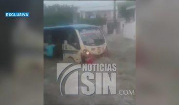 Personas quedan atrapadas en un autobús tras inundaciones en Colombia