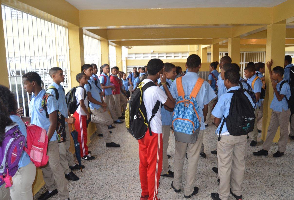 Denuncian déficit de profesores en escuela en Moca