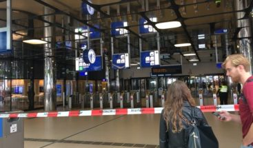 Policía neerlandesa tirotea sospechoso de apuñalar a 2 personas en tren