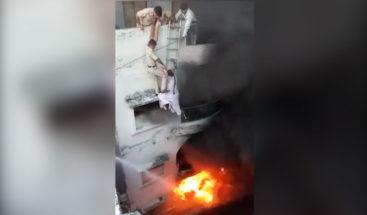 Policías forman cadena humana para rescatar a mujer atrapada en incendio