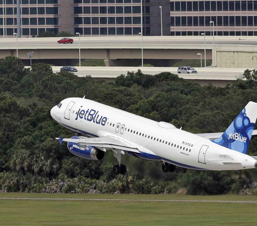 Un avión con destino a Granada aterriza de emergencia en San Juan