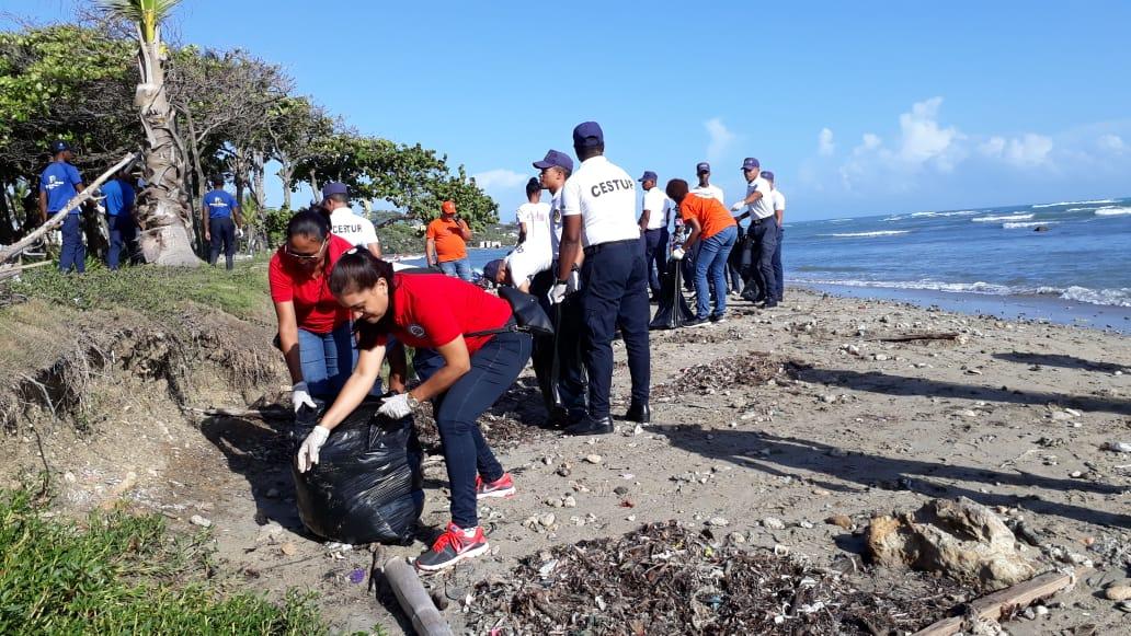 Llevan a cabo jornada de limpieza de playas en Puerto Plata