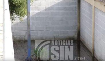 MOPC interviene escuela en Los Alcarrizos con cúmulo de aguas negras
