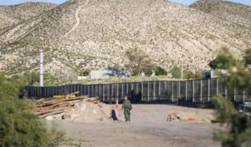 Autoridades comienzan a sustituir malla por muro fronterizo en Texas