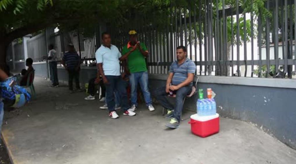 Desalojan vendedores de las afueras de hospital en Santiago