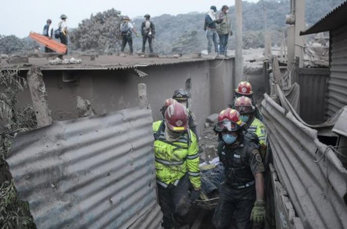 Suben a 179 los muertos por erupción del volcán de Fuego de Guatemala