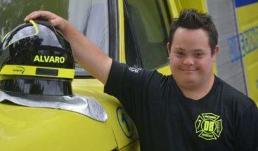 El joven con síndrome de Down que rompió barreras y logró ser bombero