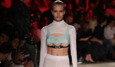 Modelos con tres senos desfilan en la Semana de la Moda de Milán