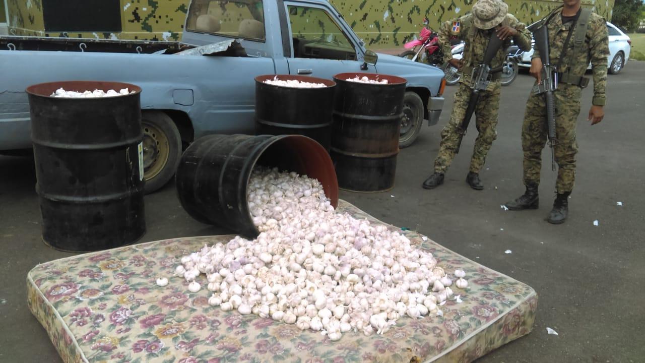 Ocupan cargamento de ajo en Dajabón camuflados en piezas de hierro