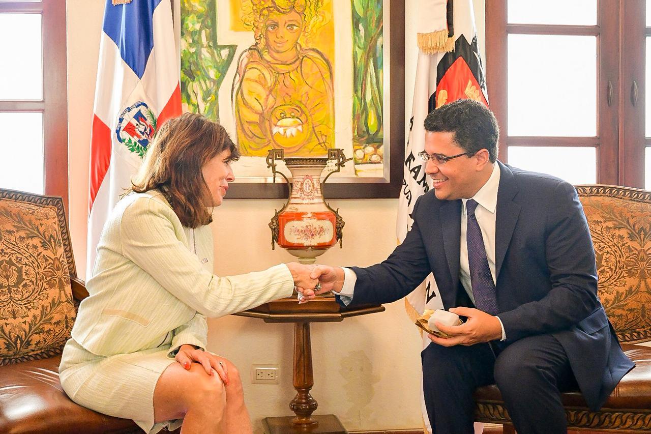 Alcalde del DN recibe visita oficial de nueva embajadora de EEUU en RD