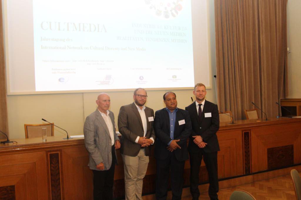 ProfesorMerejo es reconocido en Praga por aporte al cibermundo