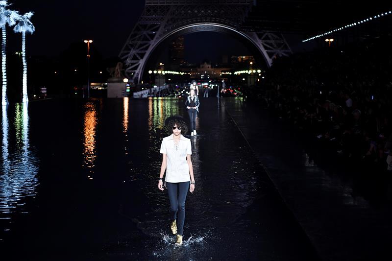 Yves Saint Laurent desfiló sobre las aguas en París