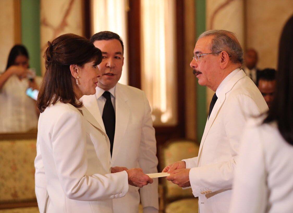 Nueva embajadora de EEUU presenta carta credencial al presidente Medina