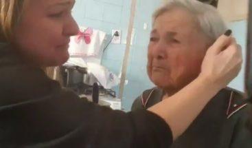 Abuela con Alzheimer reconoce por un instante a nieta y le dice