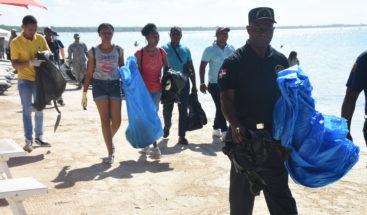 Cientos de voluntarios participan en limpieza de playa en Boca Chica