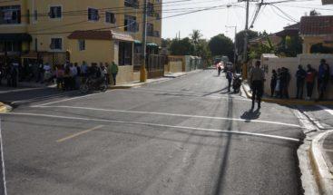 Alcaldía SDE entrega calles asfaltadas en sector Reparto Los Tres Ojos