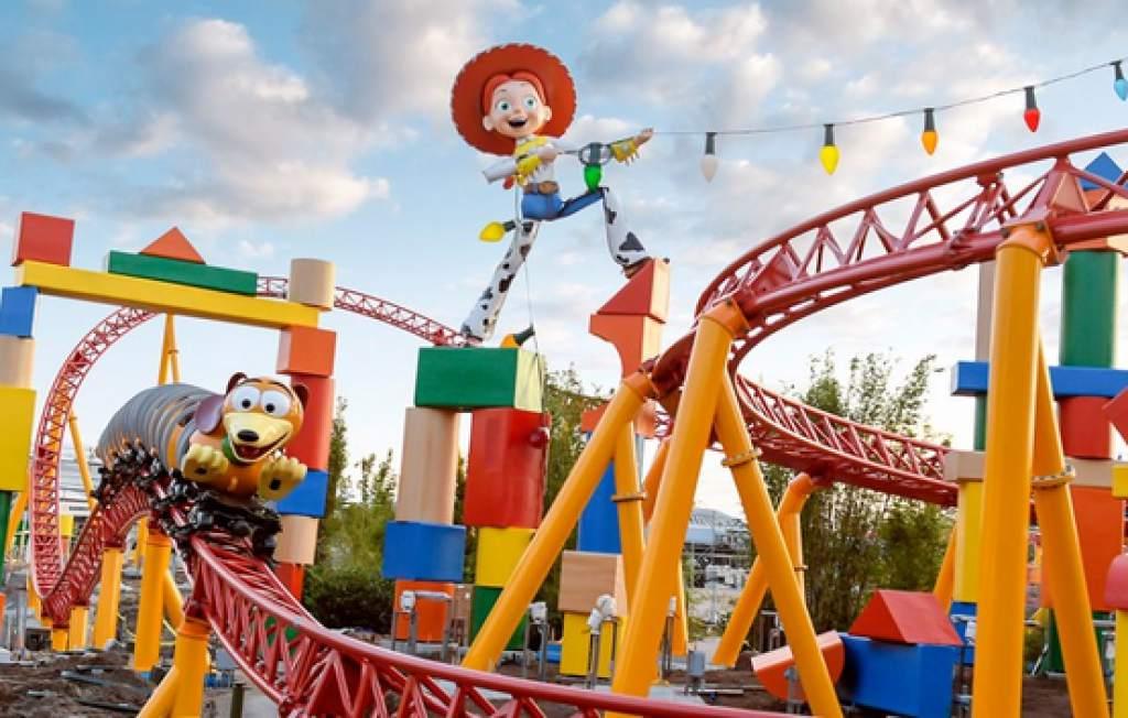 Estructura hecha con 32.000 piezas de dominó rinde homenaje a Toy Story