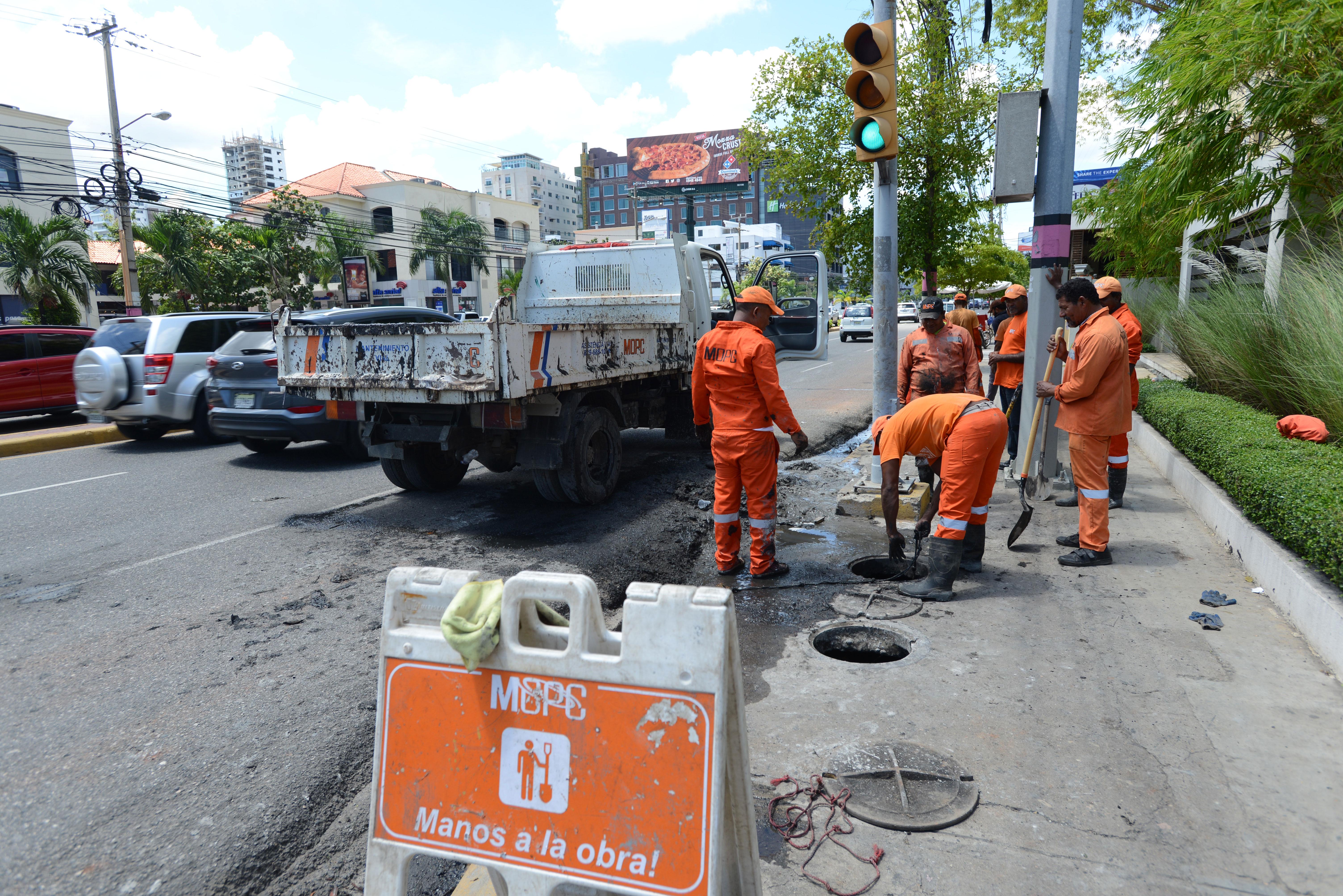 MOPC realiza labores limpieza de imbornales en GSD y provincias