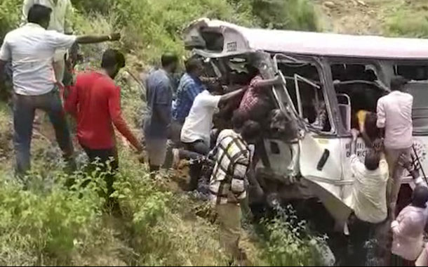Al menos 52 muertos y 35 heridos en un accidente de autobús en la India