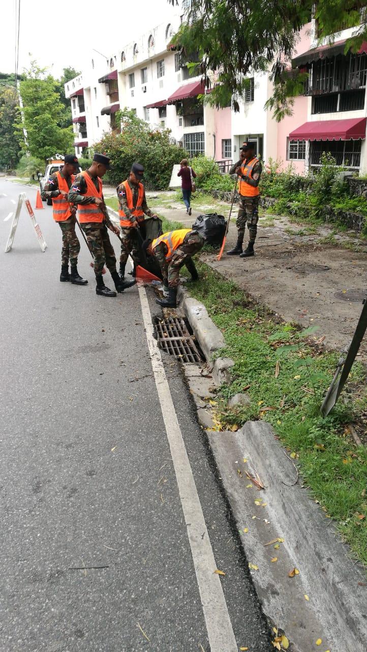 Intervienen calles y avenidas en provincias con limpieza de imbornales