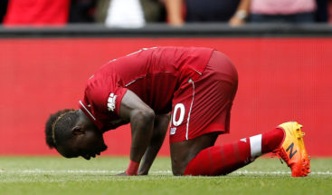 Graban a estrella del Liverpool limpiando el baño de una mezquita