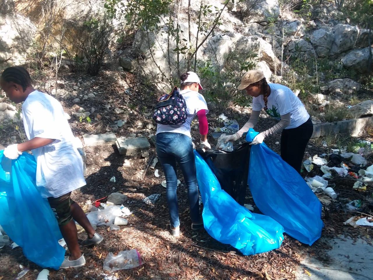 Diversas instituciones se juntan para limpiar playas en Azua