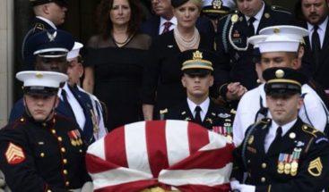 Entierran senador McCain en el cementerio de la Academia Naval de EEUU