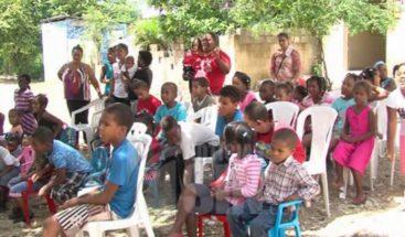 Voluntarios enseñan a niños sobre valores y amor en Boca Chica