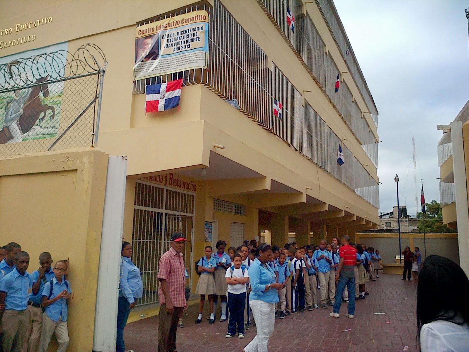 Madres en Capotillo realizan protesta por falta de docencia en escuela