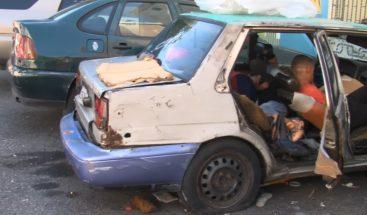 Hombre vive dentro de un carro tras perder su hogar en Villa Juana