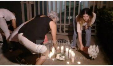 Realizan encendido de velas familiares y allegados de Andreea Celea