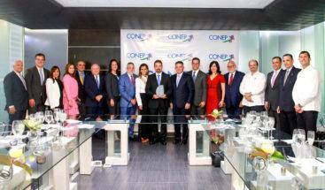 CONEP reconoce a Oscar Peña por sus aportes al sector telecomunicaciones
