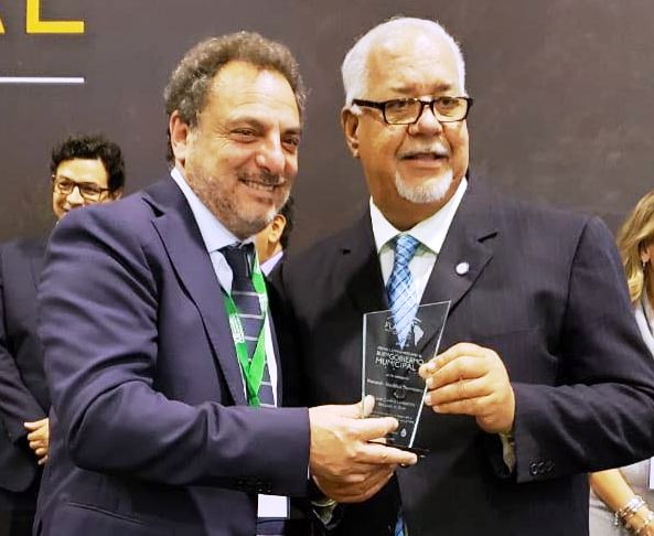 Alcalde de Baní recibe premio latinoamericano al mejor cabildo de RD