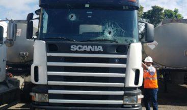 Atacan a pedradas camiones de combustible en la Circunvalación Oeste