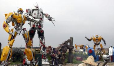 Un enorme robot 'Transformer' sale a pasear por las calles de Pekín