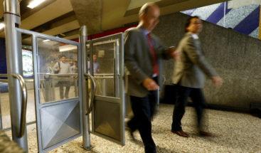 Espectacular caída de un joven en una escalera del metro se vuelve viral