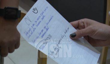 Hombre conmueve país al escribir currículum a mano para tener trabajo
