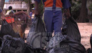 Retiran basura del Malecón de Santo Domingo