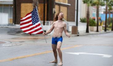 Rockero enfrenta a Florence con la bandera de EE.UU.