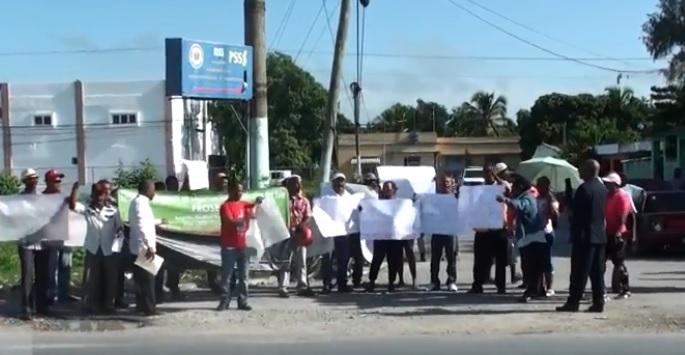Protestan en reclamo de obras prometidas en Boca Chica