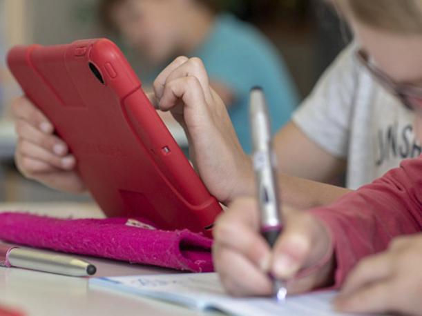 Redes sociales fuerzan a niños a crearse una identidad desde pequeños