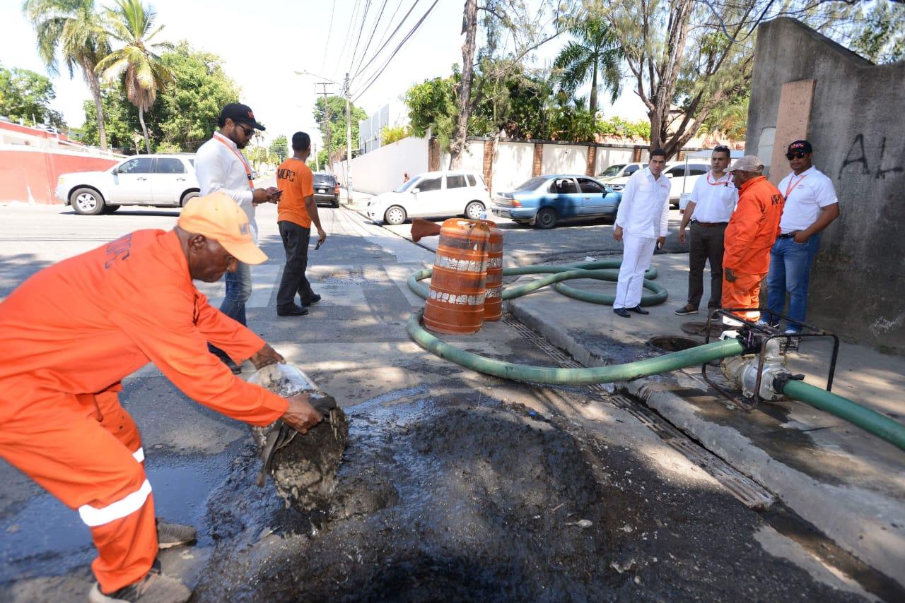 Brigadas MOPC limpian imbornales tras prevención de inundaciones en vías